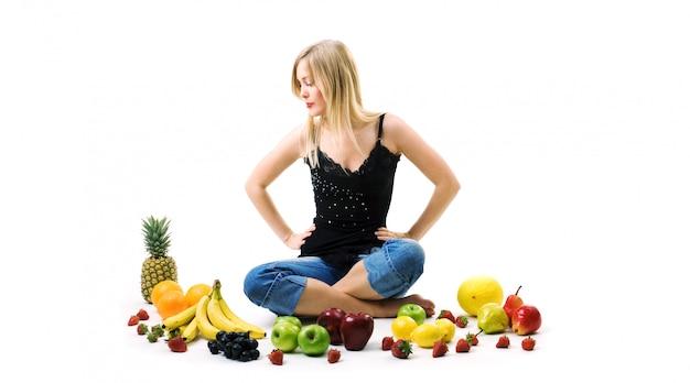 Blond kobieta z dużą ilością owoców