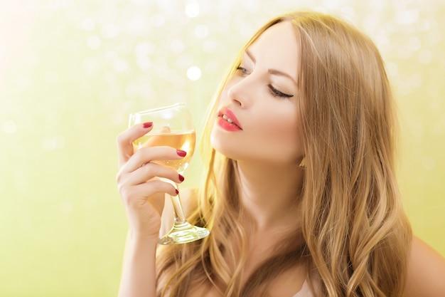 Blond kobieta z lampką szampana na imprezie