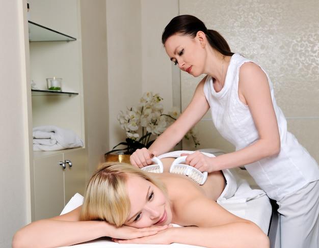Blond kobiety coraz masażu w salonie spa