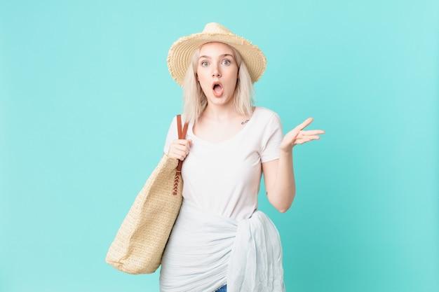 Blond ładna kobieta czuje się niezwykle zszokowana i zaskoczona. koncepcja lato