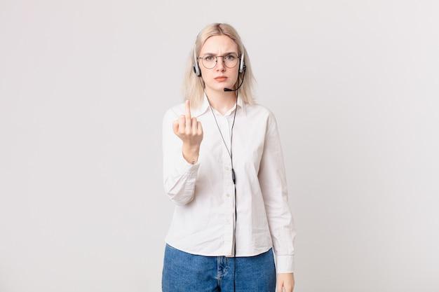 Blond ładna kobieta czuje się zła, zirytowana, buntownicza i agresywna koncepcja telemarketingu