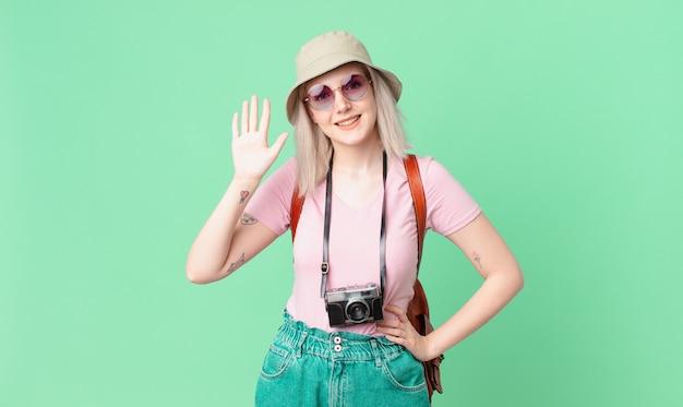 Blond ładna kobieta uśmiecha się i wygląda przyjaźnie, pokazując numer pięć. koncepcja lato
