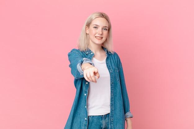 Blond ładna kobieta, wskazując na kamerę, która cię wybiera