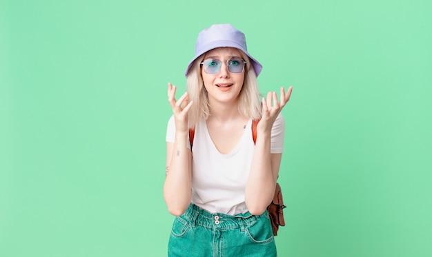 Blond ładna kobieta wygląda na zdesperowaną, sfrustrowaną i zestresowaną. koncepcja lato