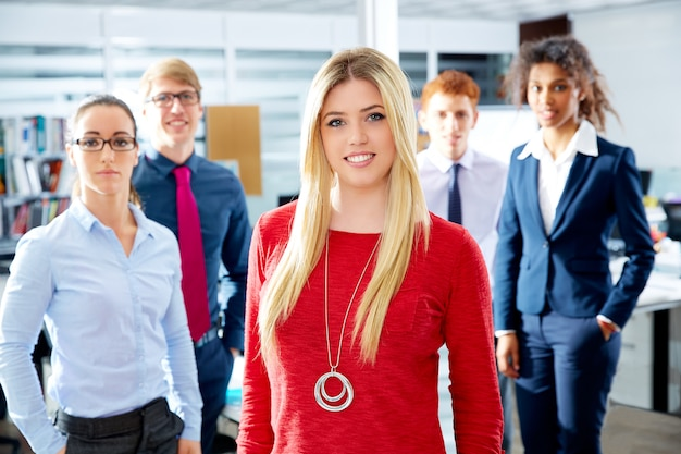 Blond młoda bizneswoman wielo- etniczna drużyna