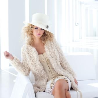 Blond moda kobieta z xviii wieku gorset haute couture