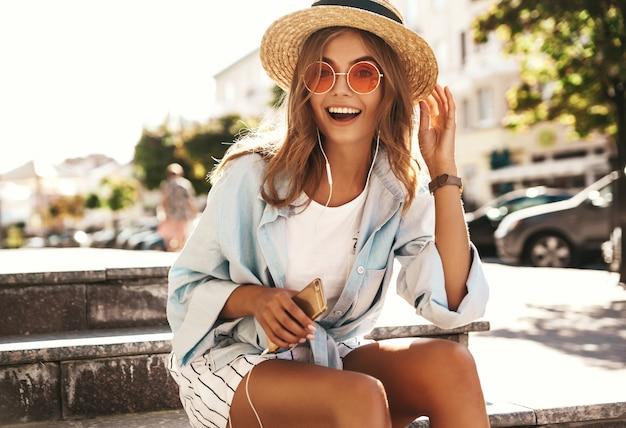 Blond model w letnie ubrania pozowanie na ulicy