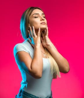 Blond modelka zastosowała makijaż w kolorze brązu.