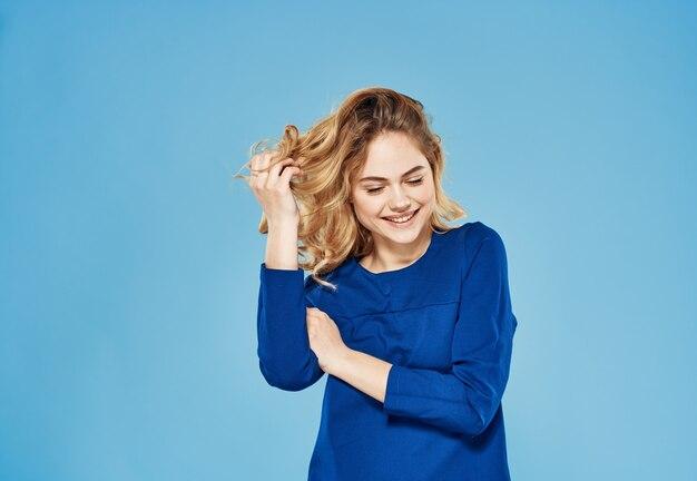Blond niebieska sukienka elegancki styl przycięty widok niebieskie tło