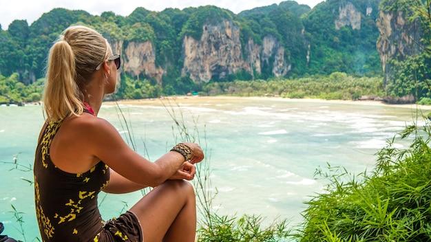 Blond piękne kobiety na view point to hat tom sai beach w railay, krabi, tajlandia.