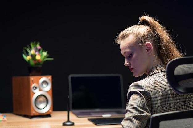 Blond projektantka w biurze