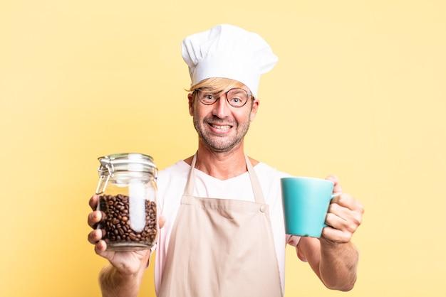 Blond przystojny szef kuchni dorosły mężczyzna trzyma butelkę ziaren kawy