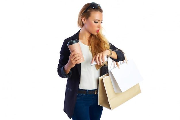 Blond shopaholic kobiety torby i smartphone