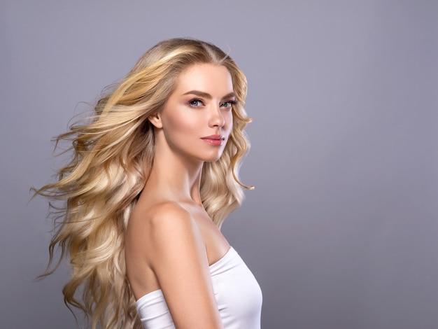 Blond twarz kobiety kręcone włosy piękna twarz naturalny makijaż. strzał studio.