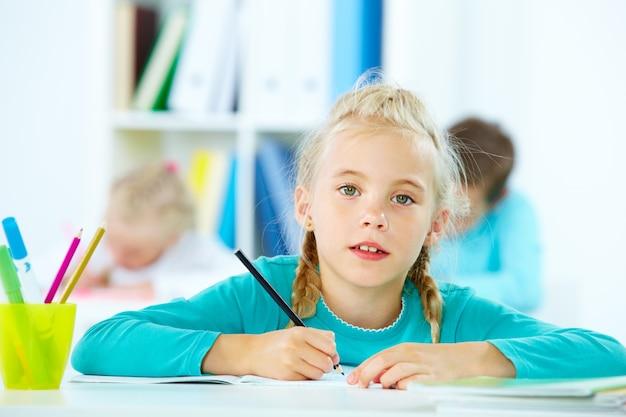 Blond uczennica z czarnym ołówkiem