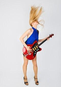 Blond z gitarą