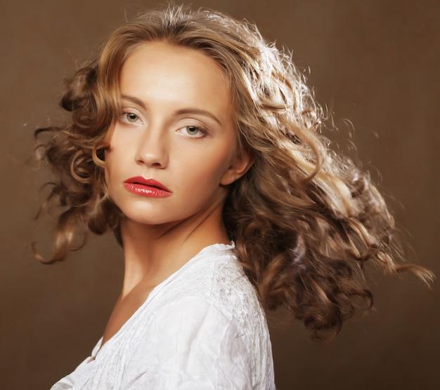 Blond z pięknymi kręconymi włosami