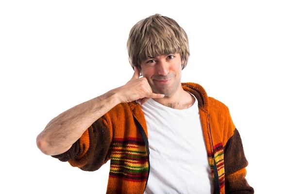 Blonde człowiek podejmowania gest telefonu