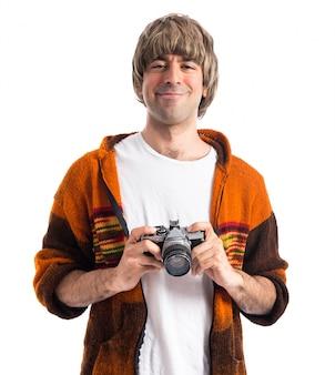 Blonde człowiek trzyma aparat