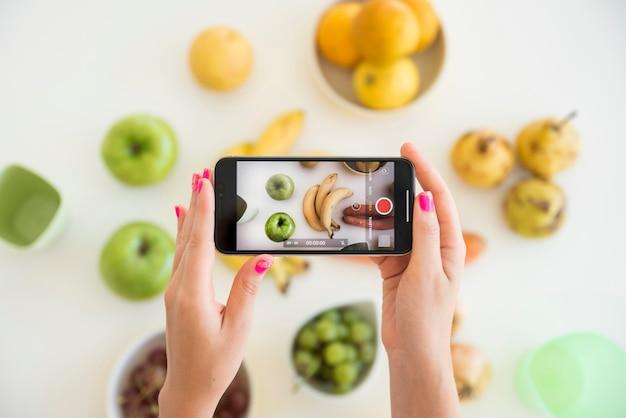Blonde influencer biorący obraz owoców