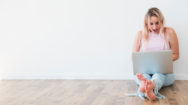 Blonde influencer używający laptopa