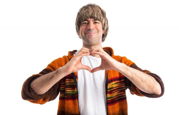 Blonde mężczyzna czyniąc serce rękami