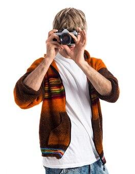 Blonde mężczyzna fotografowania na białym tle