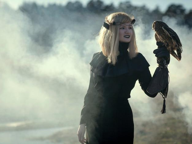 Blondie młoda modelka pozuje z sową