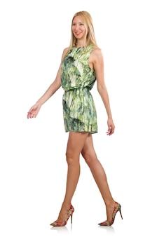 Blondyn kobieta jest ubranym zieleni krótką suknię odizolowywającą na bielu