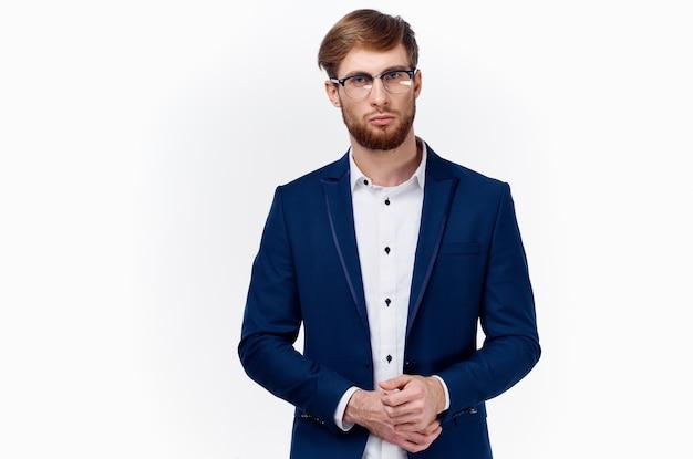 Blondyn w klasycznym garniturze prostuje krótki rękaw kurtki