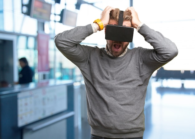 Blondyn w okularach wirtualnych. zaskoczony wypowiedzi