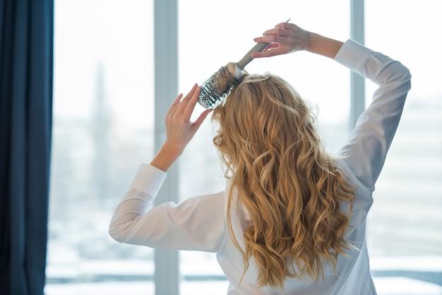 Blondynka brusing jej włosy