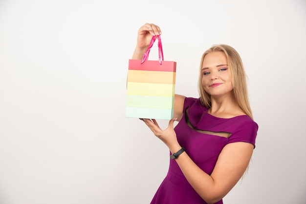 Blondynka gospodarstwa prezent torba z happy wypowiedzi.