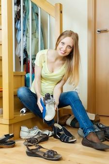 Blondynka gospodyni domowa czyszczenia butów