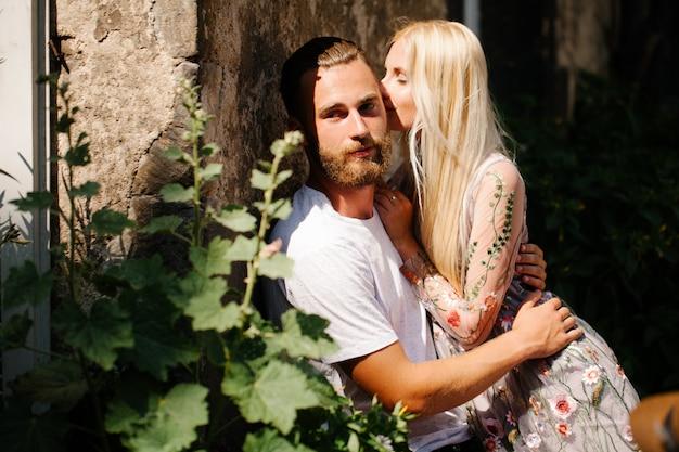 Blondynka i przystojny mężczyzna hipster z brodą przytulanie