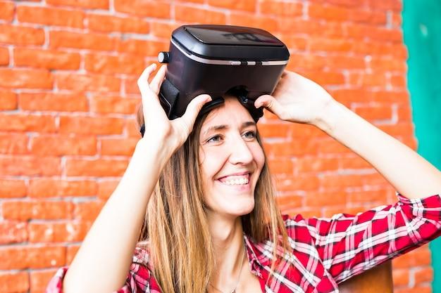 Blondynka korzystająca z zestawu słuchawkowego wirtualnej rzeczywistości