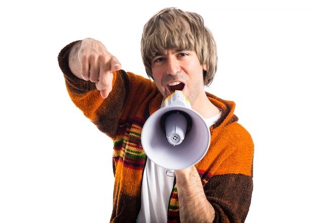 Blondynka krzyczy megafonem