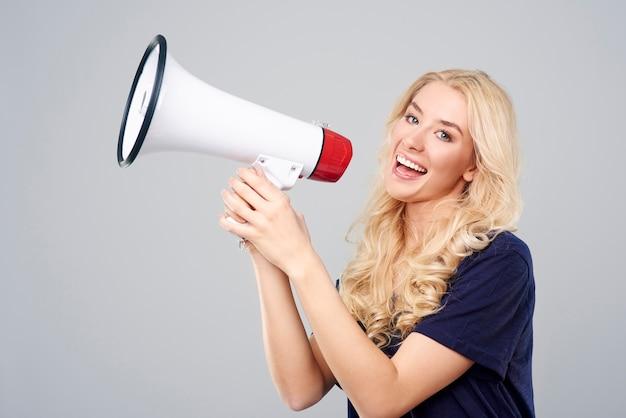 Blondynka krzyczy przez głośnik