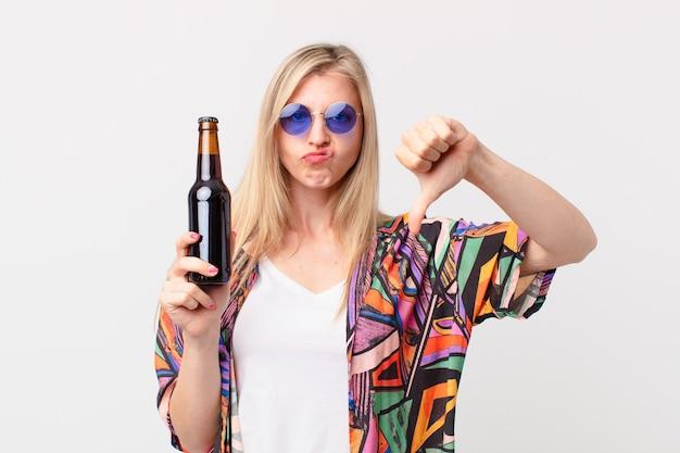 Blondynka ładna kobieta po piwo. koncepcja lato
