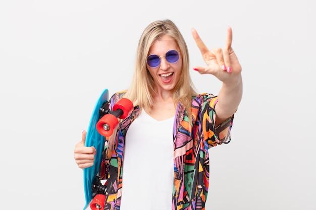 Blondynka ładna kobieta z deskorolka. koncepcja lato