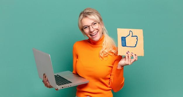 Blondynka ładna kobieta z laptopem. media społecznościowe, takie jak koncepcja
