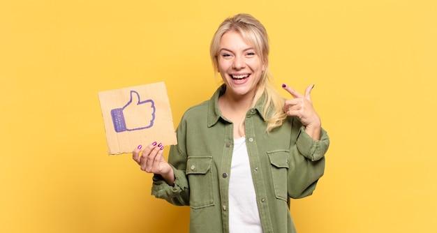 Blondynka ładna kobieta z mediami społecznościowymi