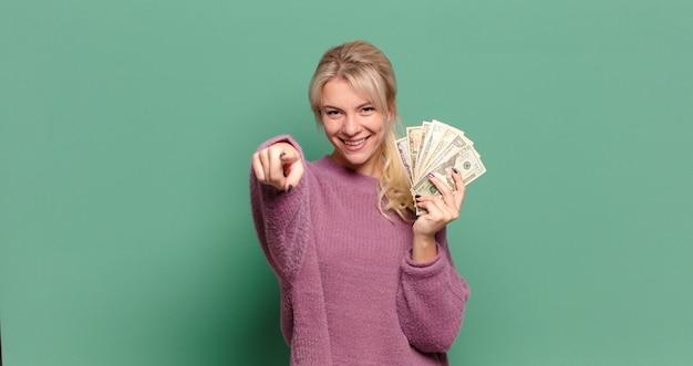 Blondynka ładna kobieta z rachunkami