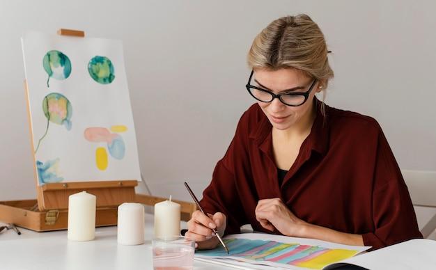 Blondynka malowanie akwarelami