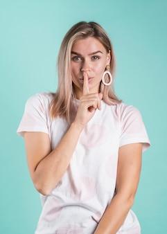 Blondynka modelu pokazano znak ciszy