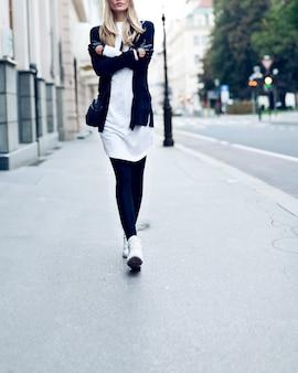 Blondynka na ulicy. moda miejska w stylu casual