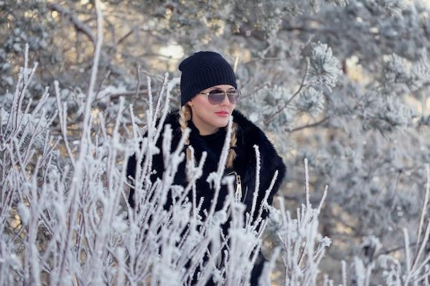 Blondynka na zimowy las