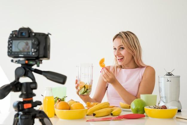 Blondynka nagrywająca odżywcze jedzenie