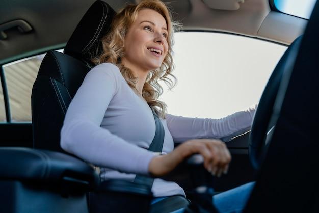 Blondynka podczas jazdy samochodem