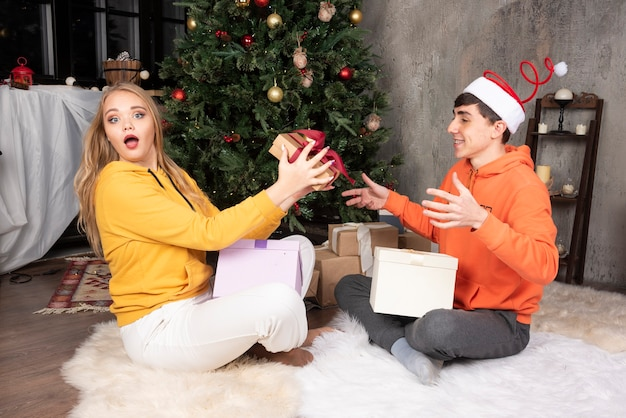 Blondynka podnieca się po tym, jak dostała prezent od swojego chłopaka przy choince.